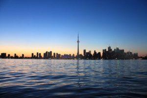 Vista de la torre CN desde el lago ontario