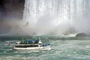 Barco que lleva a las cataratas del niágara